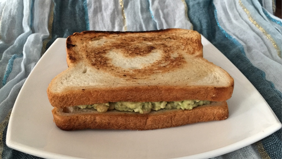 Сэндвичи с кремом из авокадо и сыра с плесенью