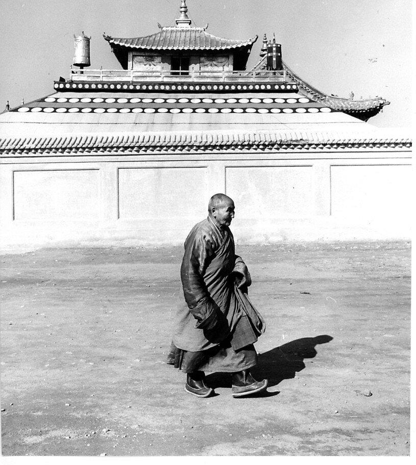 Улан-Батор. Буддийский монах возле монастыря Гандан