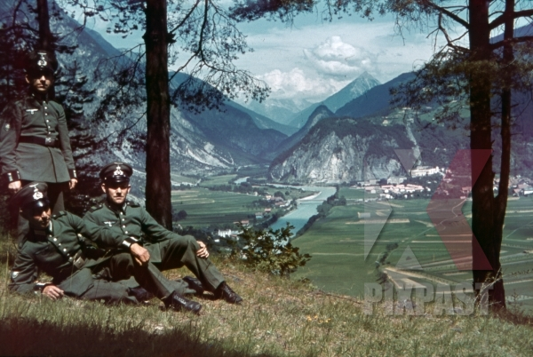 stock-photo-3-mountain-troopers-in-landeck-austria-1941-11354.jpg