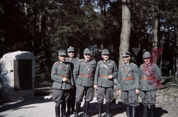 stock-photo-austrian-officers-4th-mountain-division-enzian-gebirgsartillerieregiment-94-lohengrin-kaserne-innsbruck-1940-12167.jpg