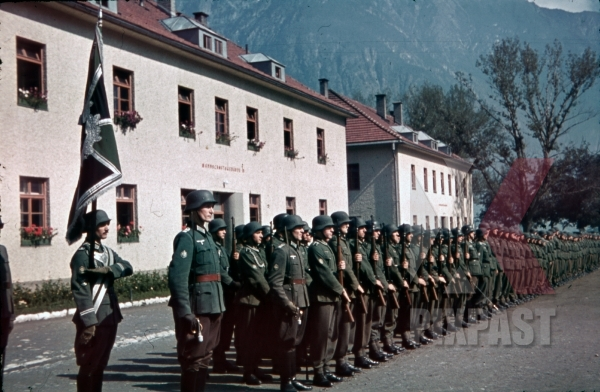 stock-photo-mountain-troopers-at-the-parade-ground-in-landeck-austria-1941-pontlatz-kaserne-11320.jpg
