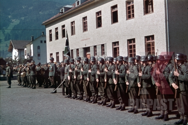 stock-photo-mountain-troopers-at-the-parade-ground-in-landeck-austria-1941-pontlatz-kaserne-11321.jpg