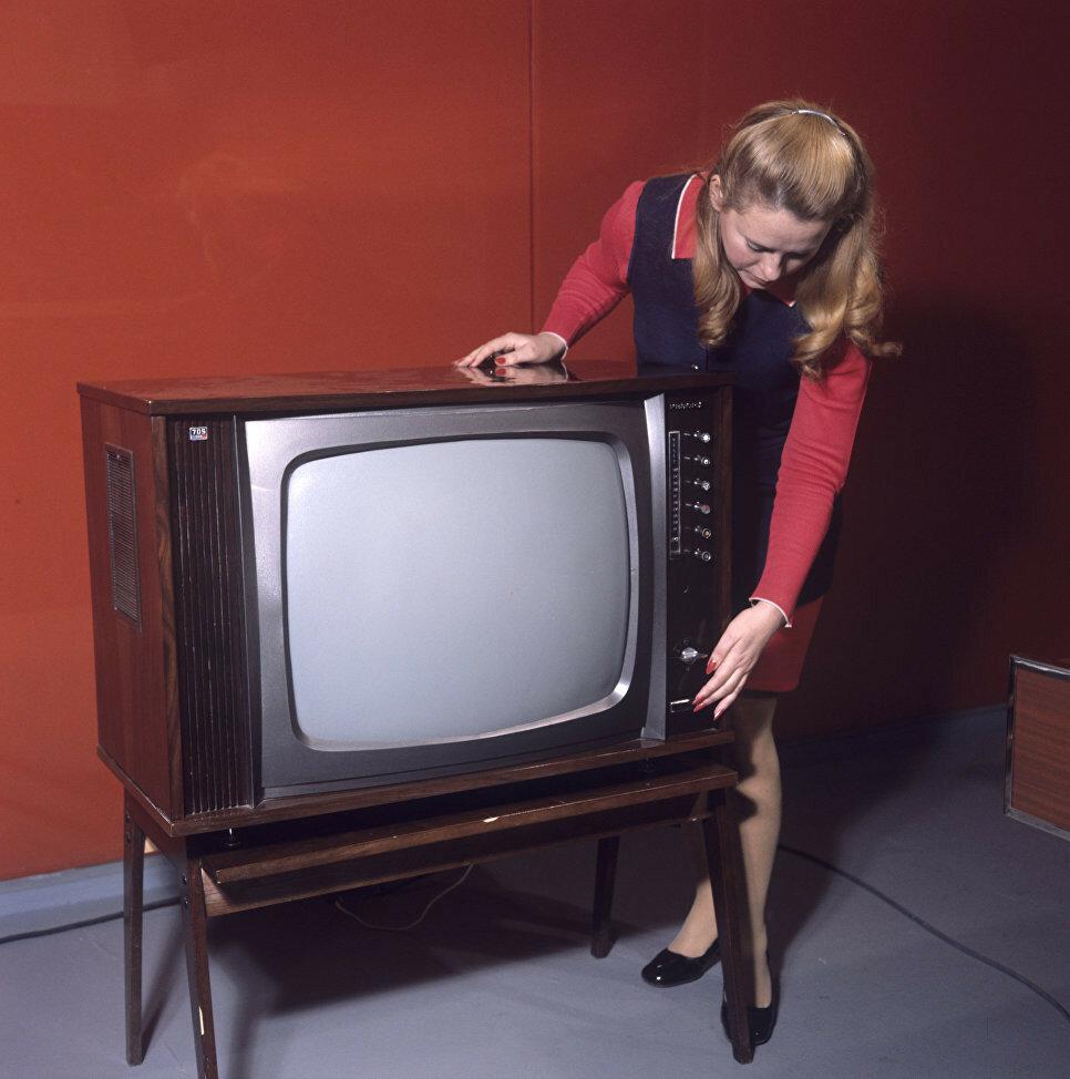 1974 Цветной телевизор Рекорд-705. РИА Новости. Хренников.jpg