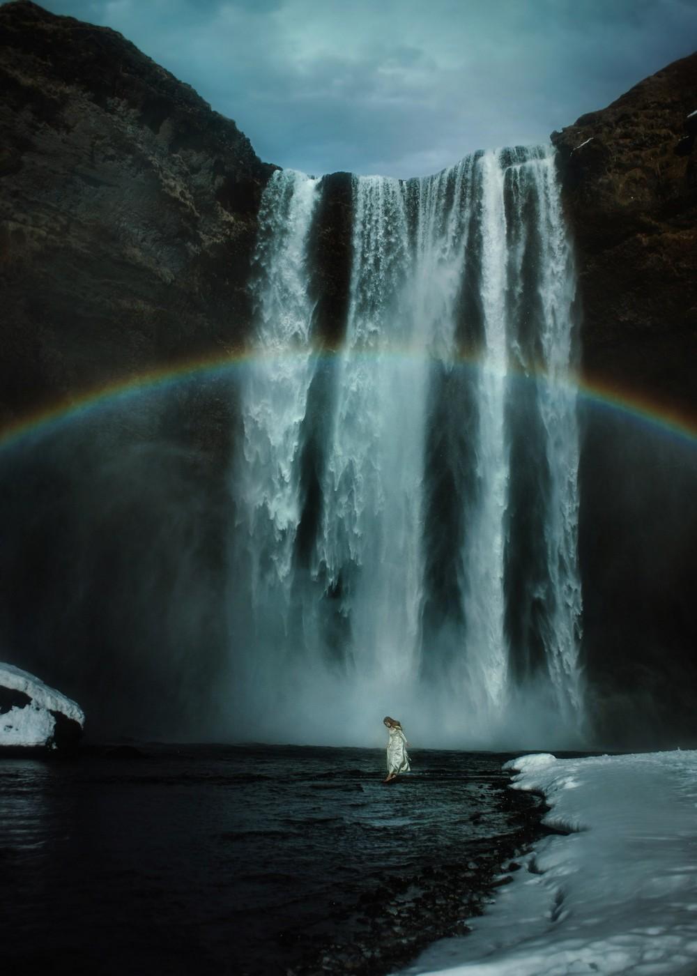 Фотограф путешествует по миру, фотографируя свою девушку в самых красивых местах