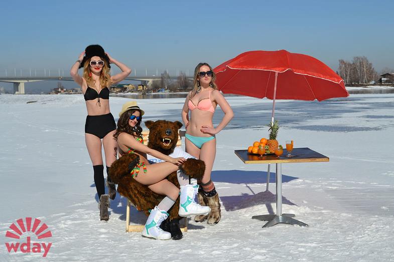 Сибирячки в бикини на снегу