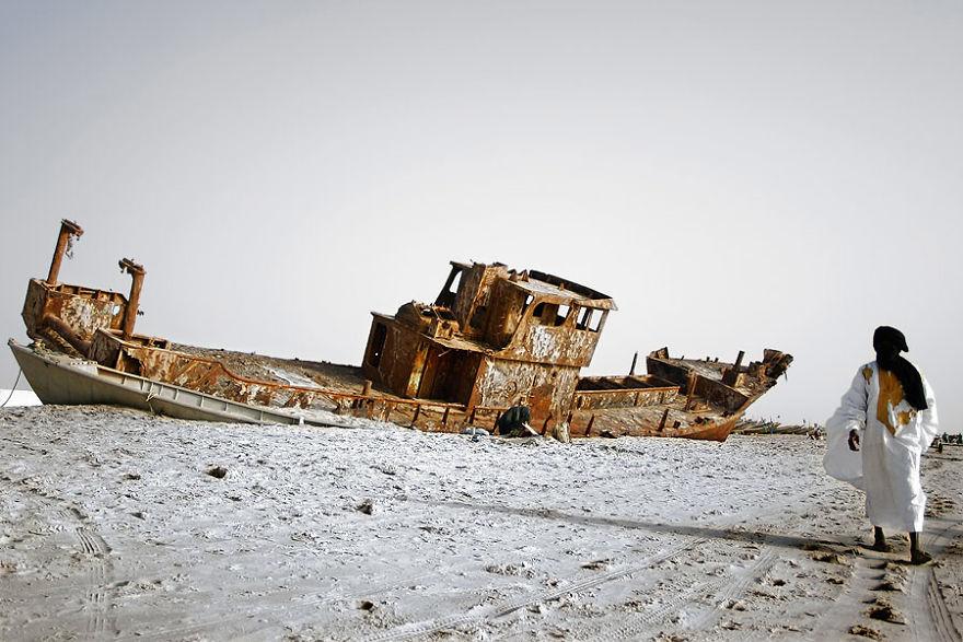 Ржавый корабль на берегу Нуакшота, Мавритания.