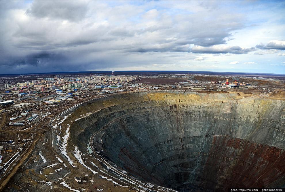 Карьер имеет глубину 525 метров и диаметр 1,2 км, является одним из крупнейших в мире: по высот