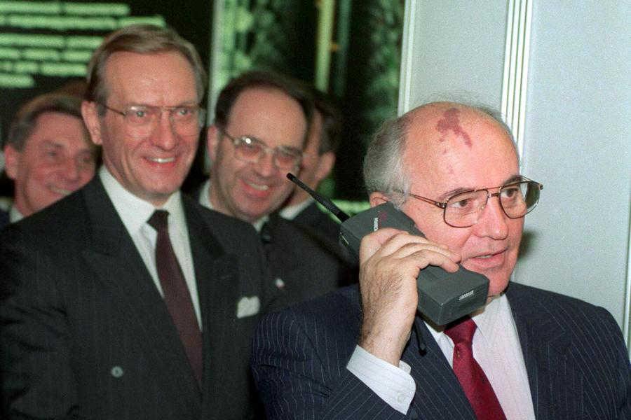 1987 год: Nokia представила свой первый ручной мобильный телефон — Mobira Cityman, который весил поч