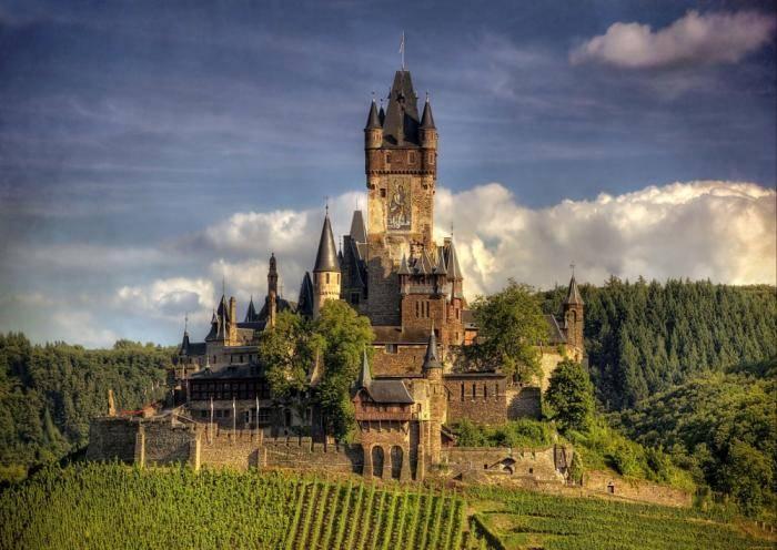Тысячелетний замок первоначально был резиденцией короля Германии Конрада III, а потом короля Франции