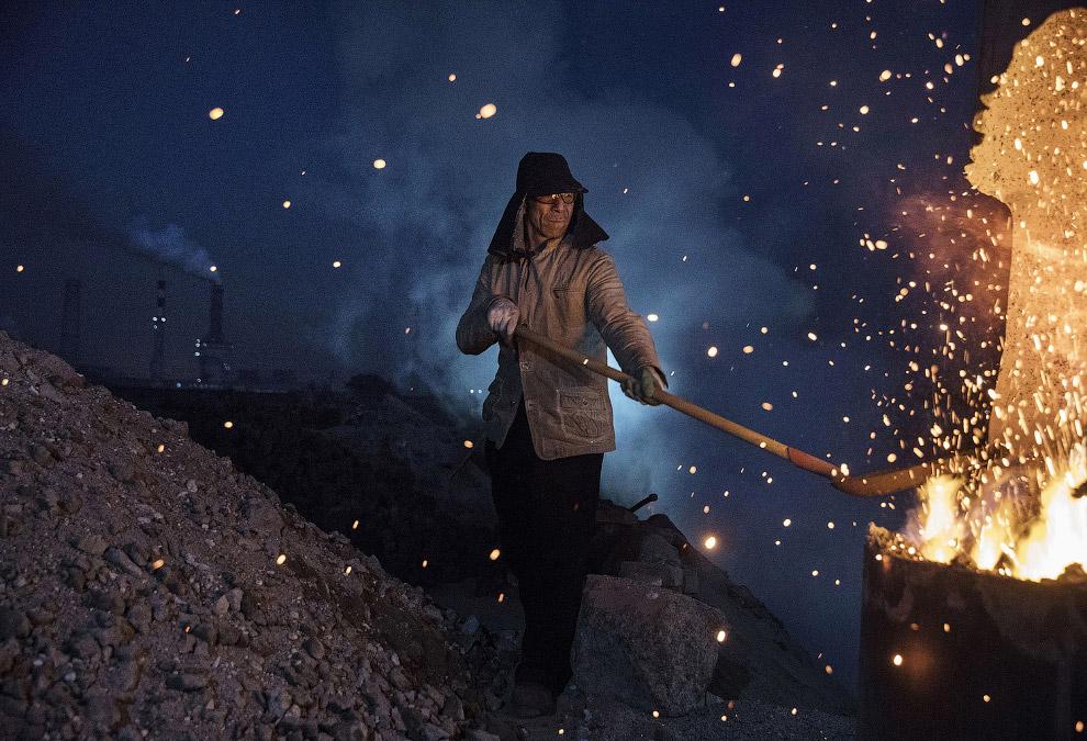 17. Пока в печи горит уголь, из нее вытекает расплавленный метал прямо по земле. Красиво! (Фото