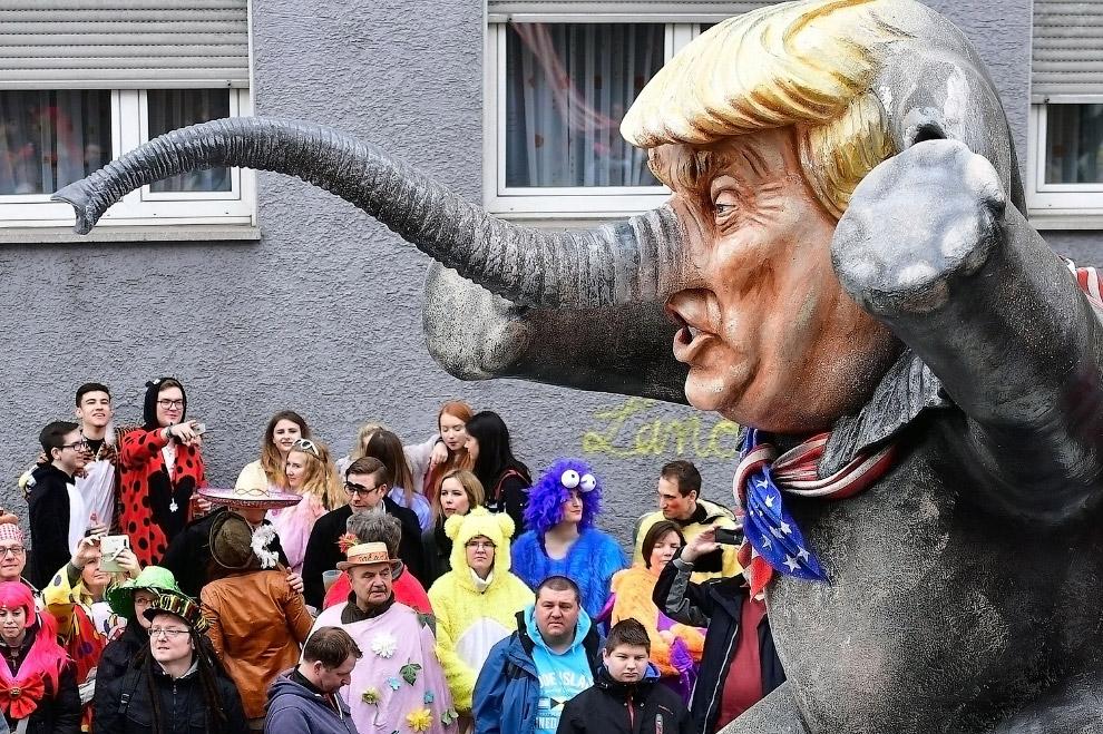 7. В Дюссельдорфе тоже прошел карнавал, но тут Трампа изобразили со Статуей Свободы совсем непр