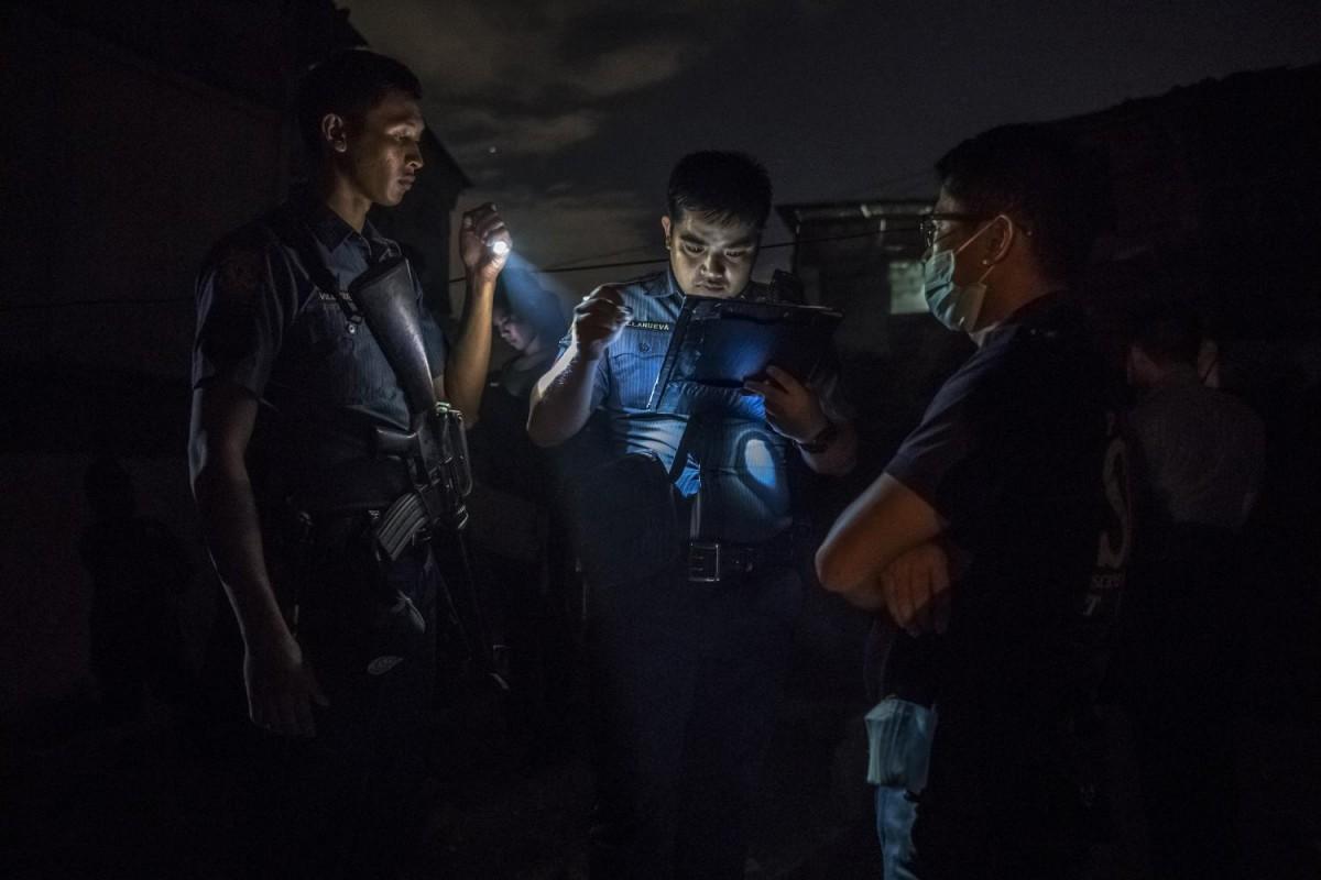 Полицейские составляют рапорт после рейда в наркопритон.