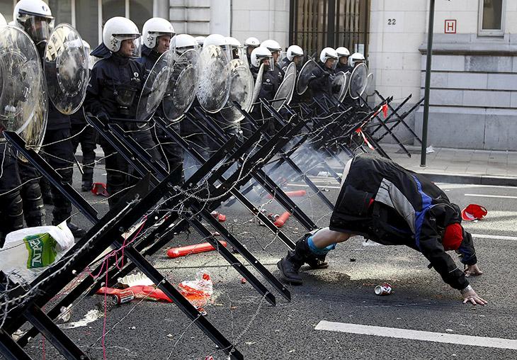 1. Столкновения с египетскими ОМОНом к северу от Каира, 1 января 2011. (Фото Amr Abdallah Dalsh