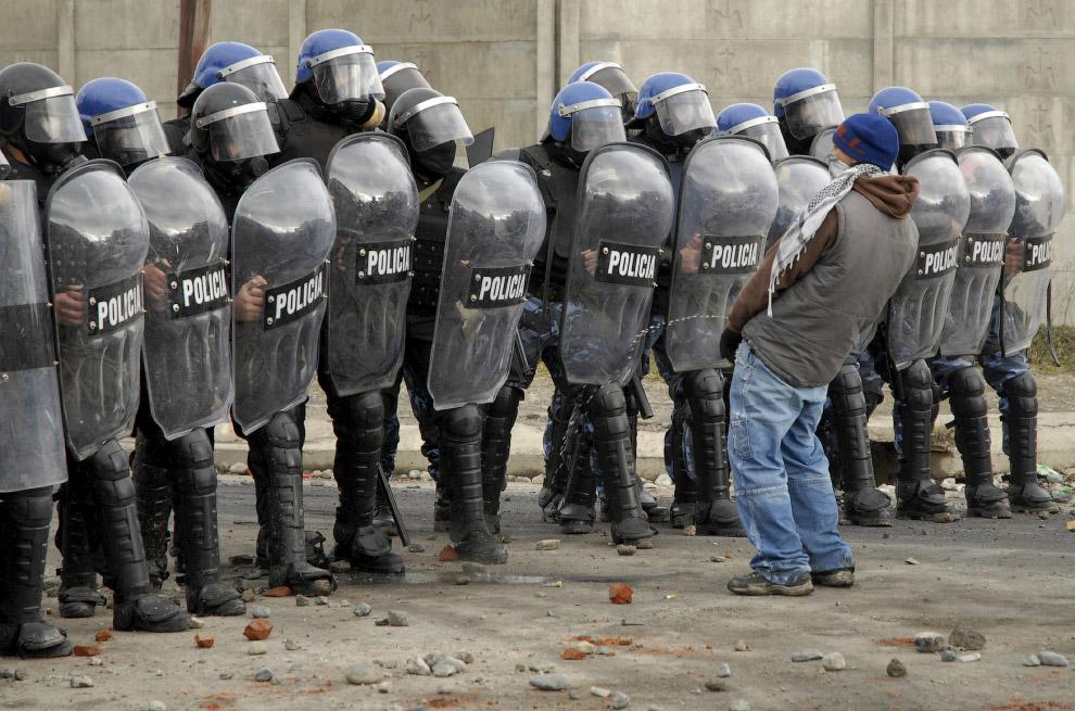 12. Спрятался. Столкновения в Каире, 29 июня 2011. (Фото Mohamed Abd El-Ghany | Reuters):