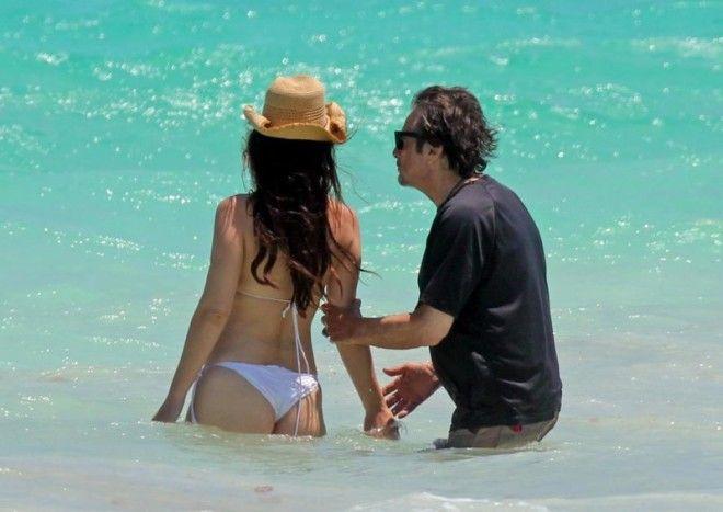 Папарацци сделали снимки влюбленных во время купания: актер очень трогательно делал знаки внимания с