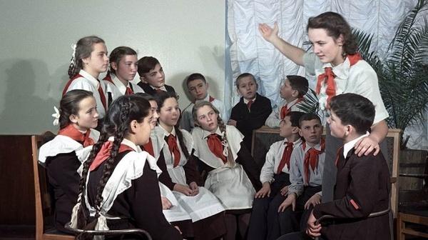 Пионервожатая рассказывает детям о Ленине, 1951 год.
