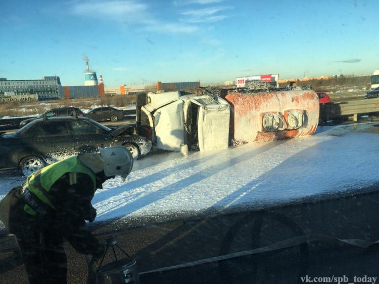 КАД перекрыта после ДТП сбензовозом, разлито 4 тонны дизеля