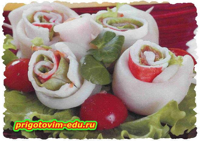 Закуска из кальмаров с помидорами и крабовыми палочками