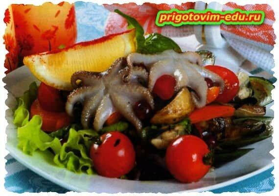 Салат с осьминогами и грибами