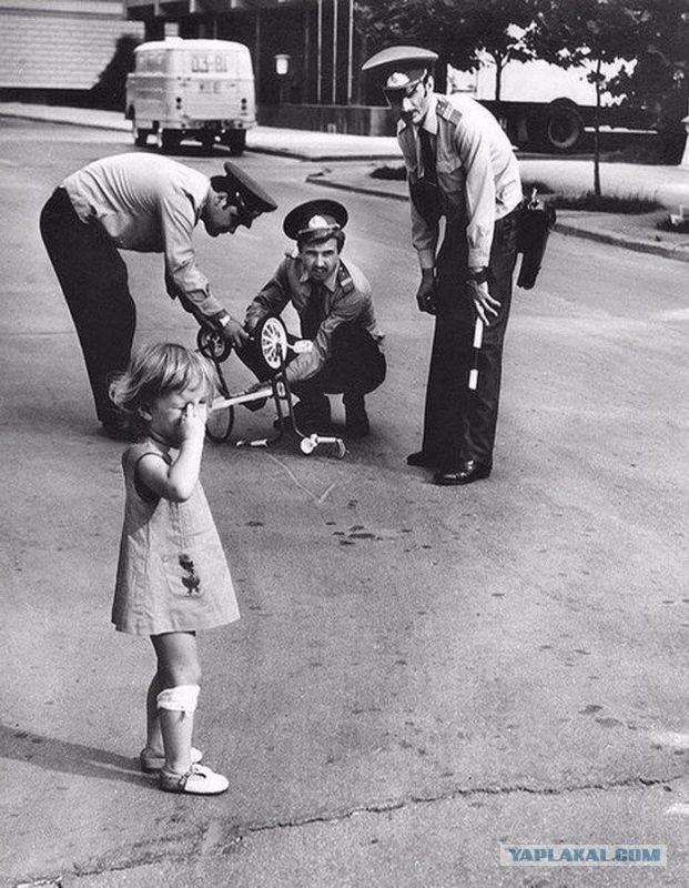 Милиционеры ремонтируют сломанный велосипед плачущей девочке по имени Арзу. Азербайджанская ССР, 1980 год ..jpg