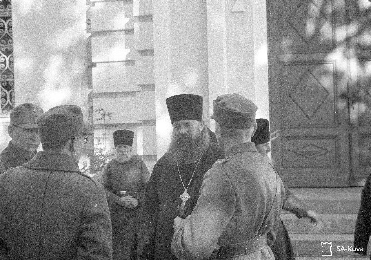 1941. Игумен беседует с финскими офицерами