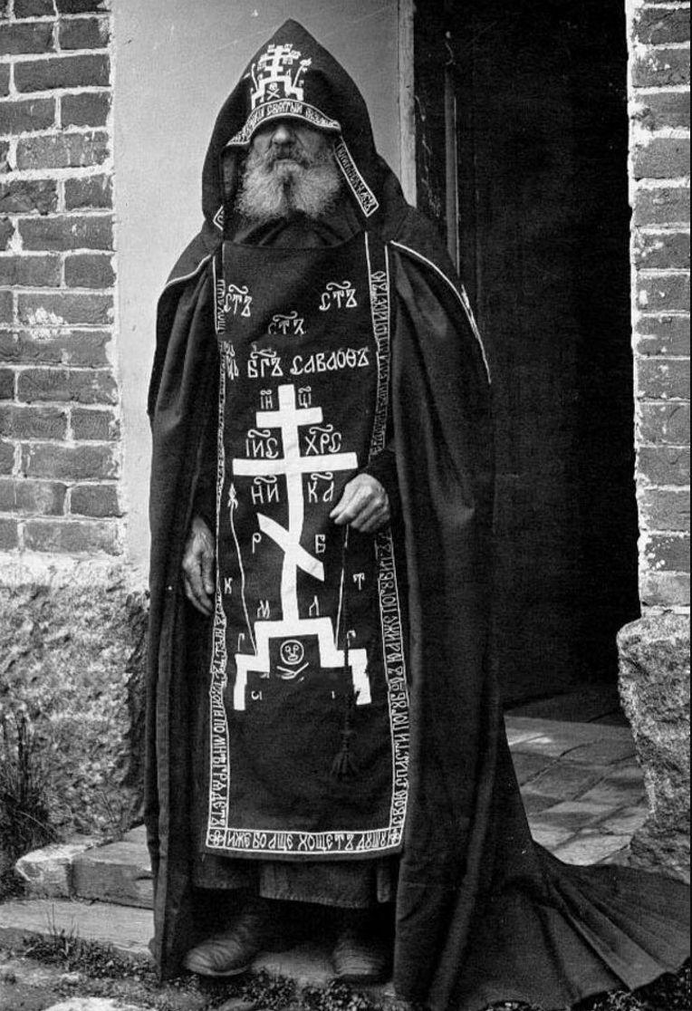 51. Монах у скита в монастыре