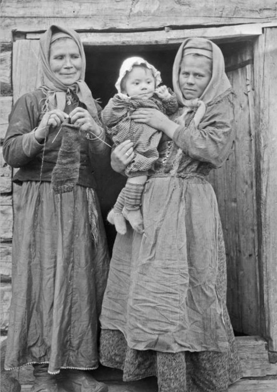 Княжая Губа. Свекровь, сноха и ребенок на крыльце дома