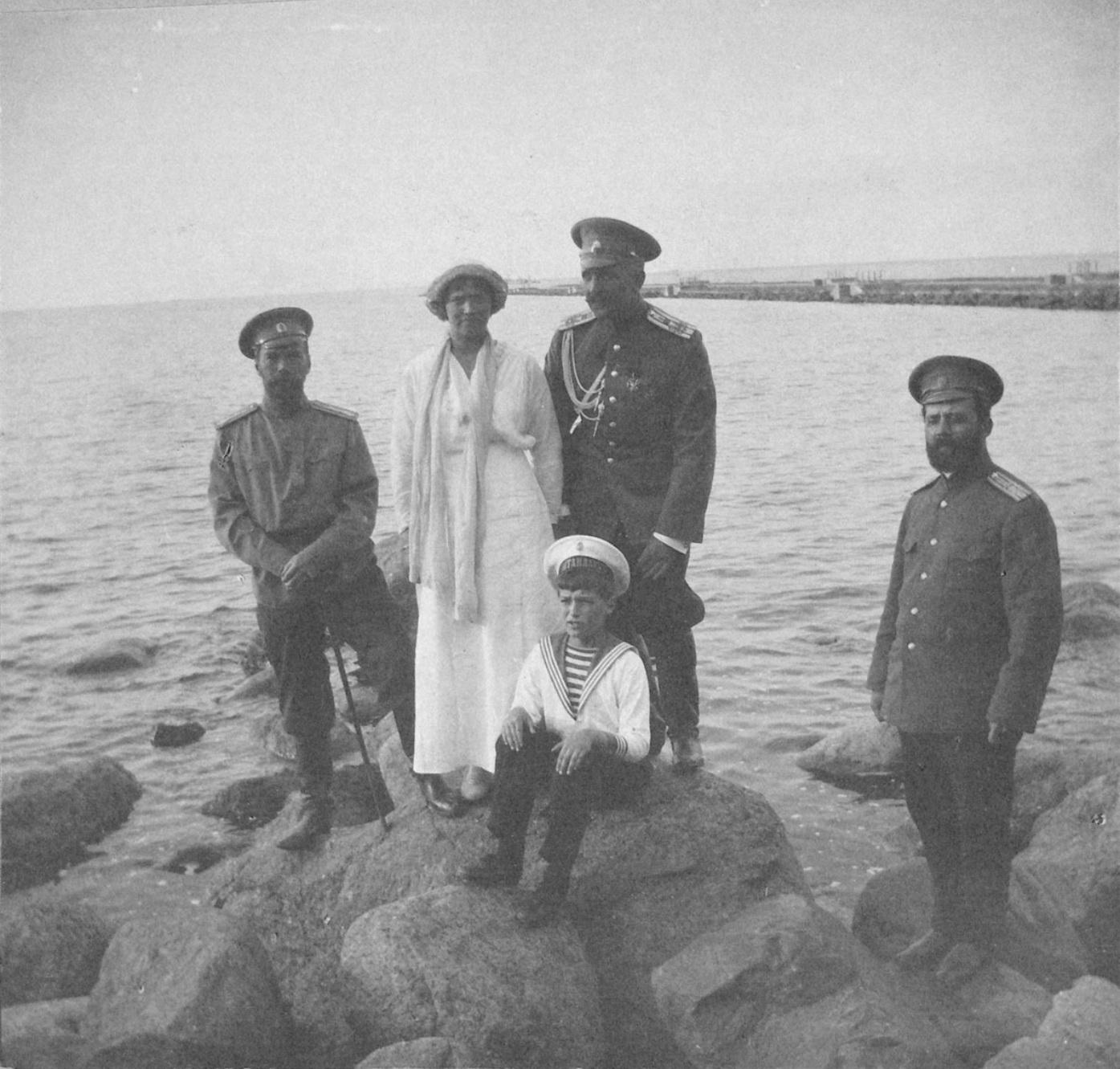 1914. Николай II с детьми на берегу залива у Нижней дачи