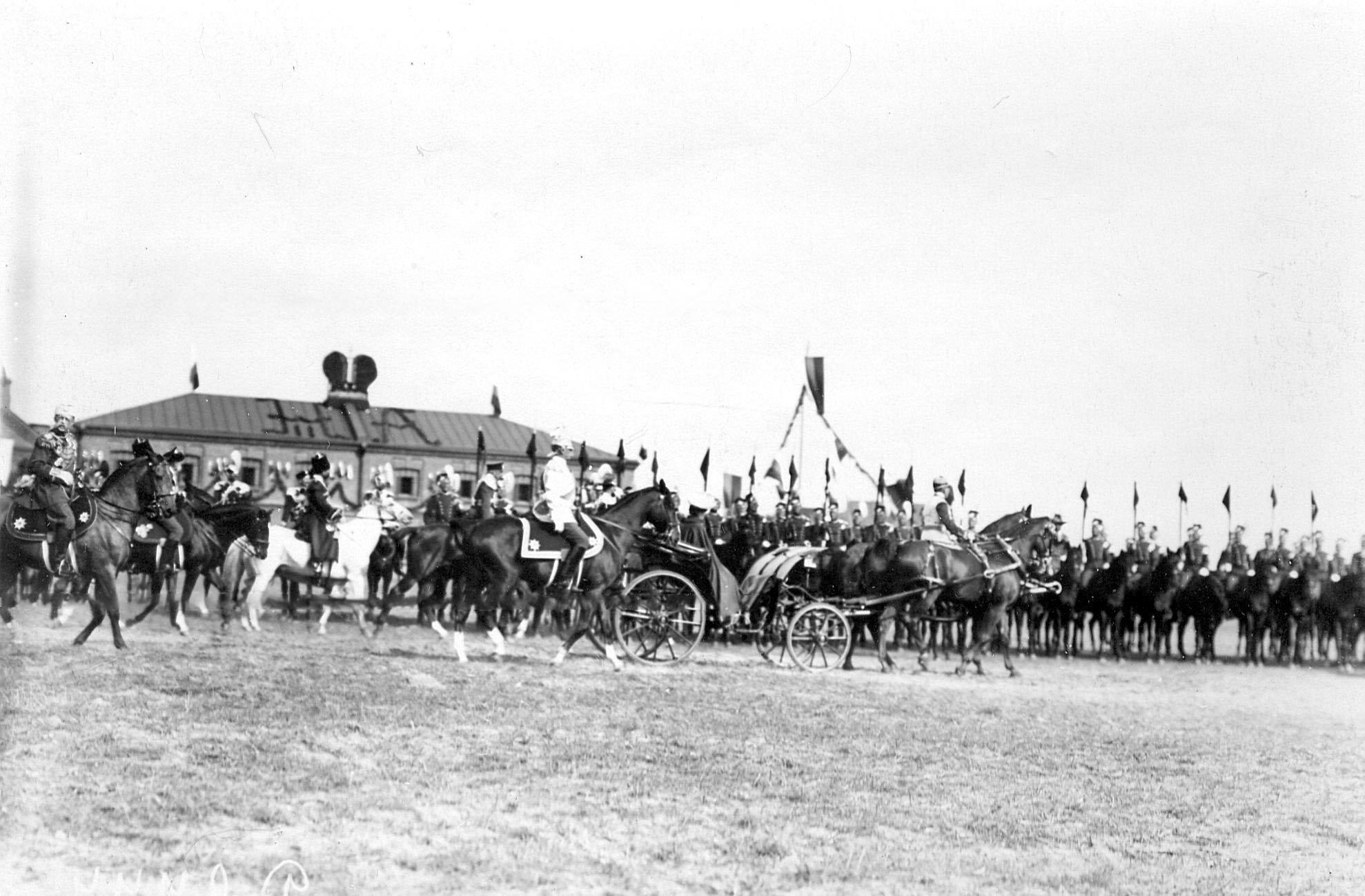 Император Николай II со свитой объезжает полк во время парада в день празднования 250-летия полка