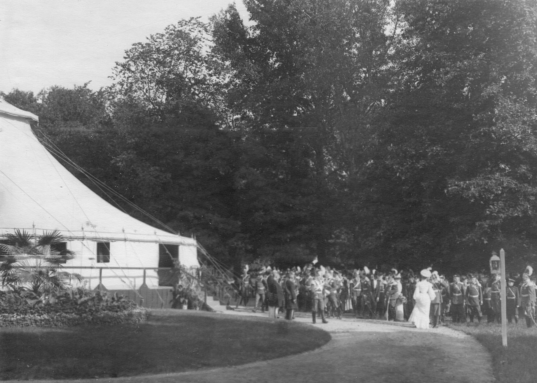 Император Николай II cо свитой у палатки на праздновании 250-летнего юбилея полка