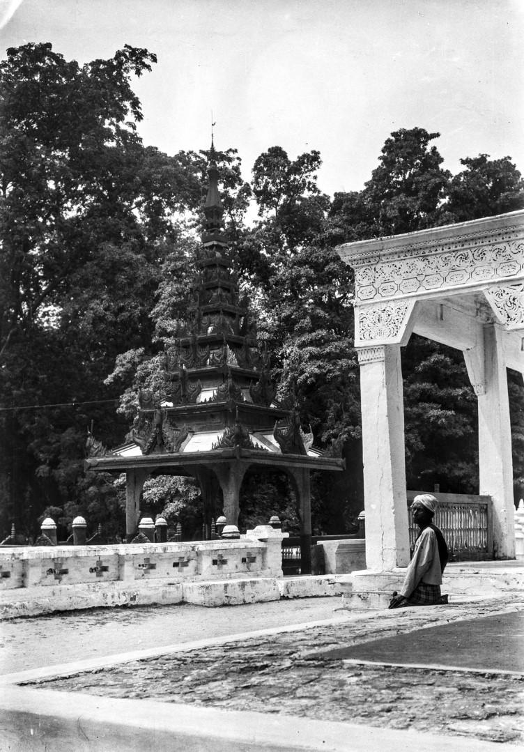 851. Мандалай. Королевский дворец. Часть храмового комплекса дворца