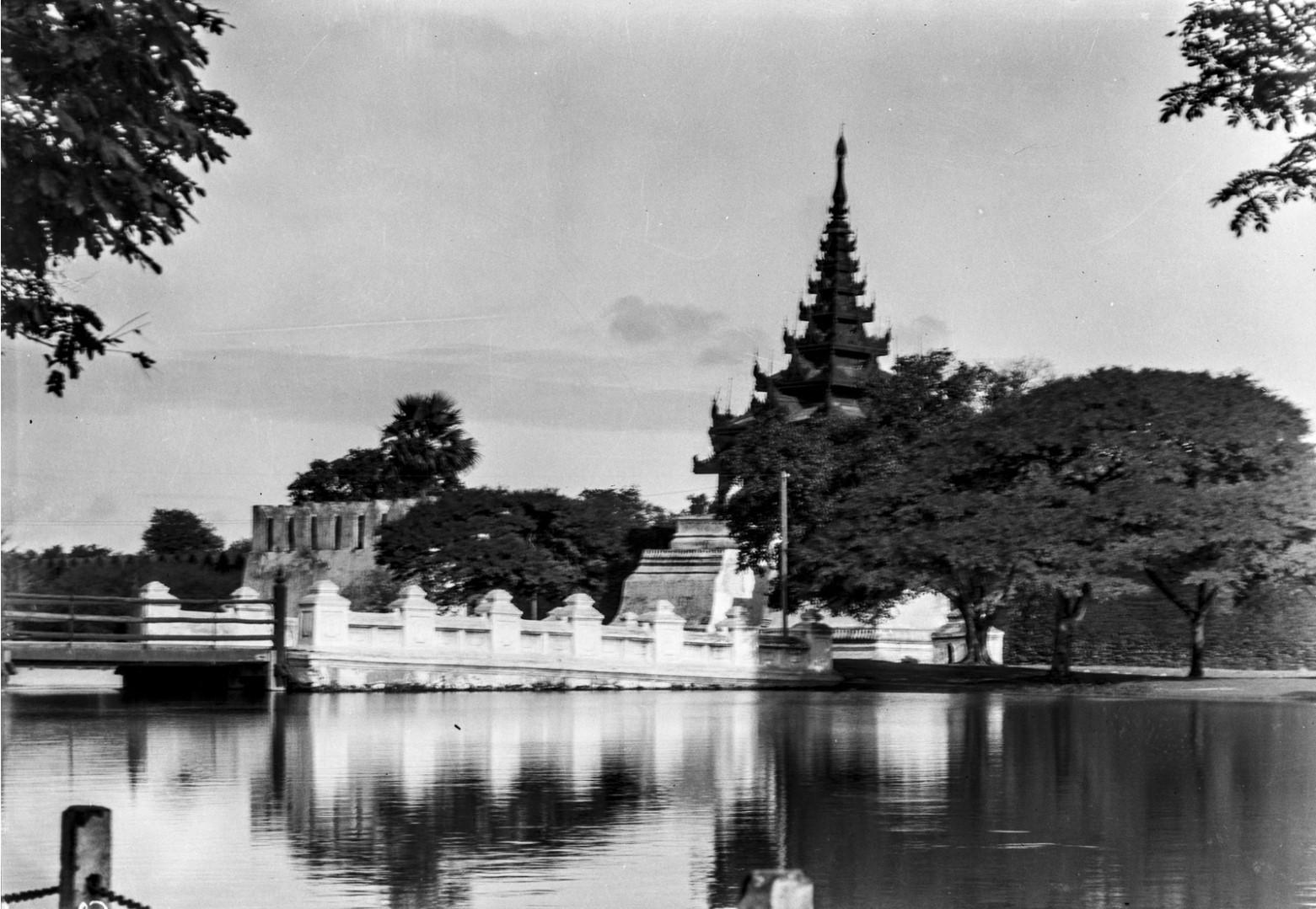 854. Мандалай. Королевский дворец. Мост у восточного входа во дворец
