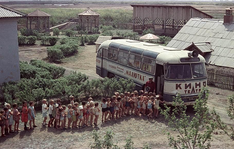 1960е Целина. Автобус-кинотеатр Малютка. К. Камимов. Архив Огонька.jpg