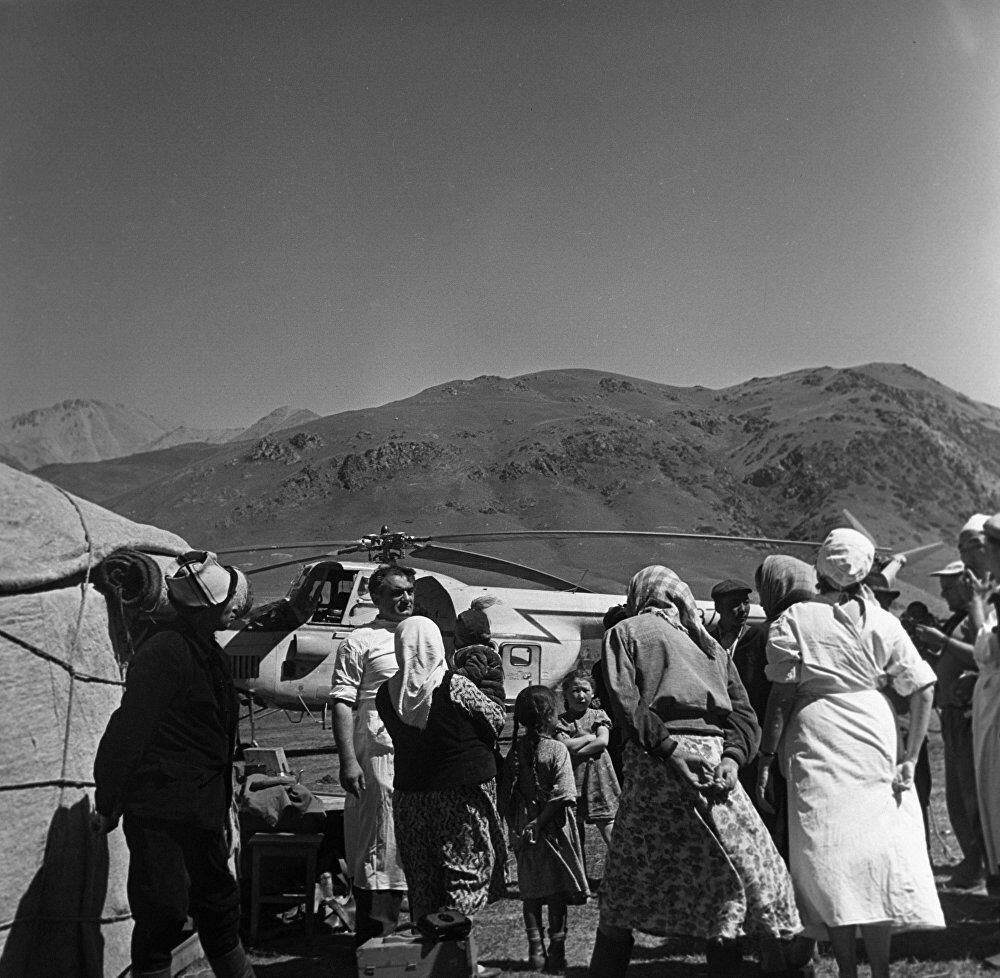 1961 Республиканская санавиация Министерства здравоохранения. Бортхирург с членами семьи чабана. Макс Альперт.jpg