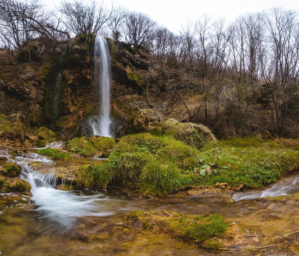 67. Фотография долины лучше всего поможет оценить масштаб водопада. К нему проложена хорошая тр