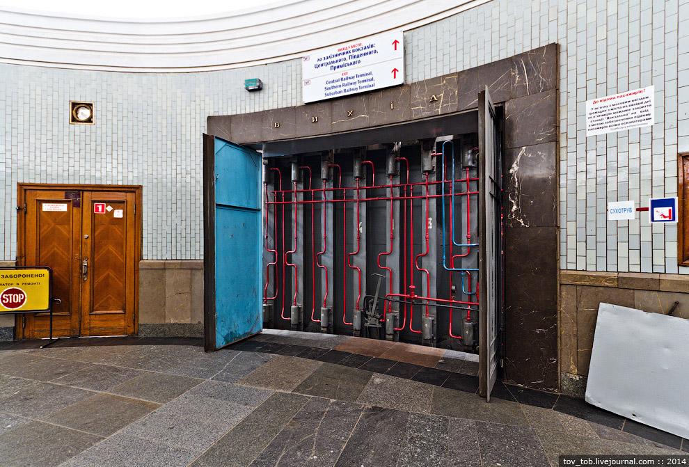 43. Гидравлика на этом затворе управляет герметизацией. Для герметизации вручную есть специальн