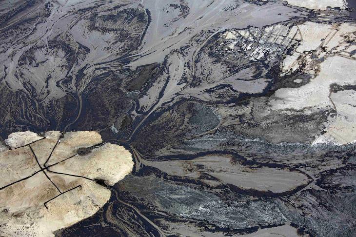 2. Добычу нефти из нефтеносных песков проводят главным образом карьерным или шахтным способом.