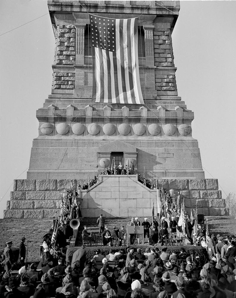 16. Празднование 55-й годовщины установки статуи Свободы, 28 октября 1941 года. Постамент статуи укр