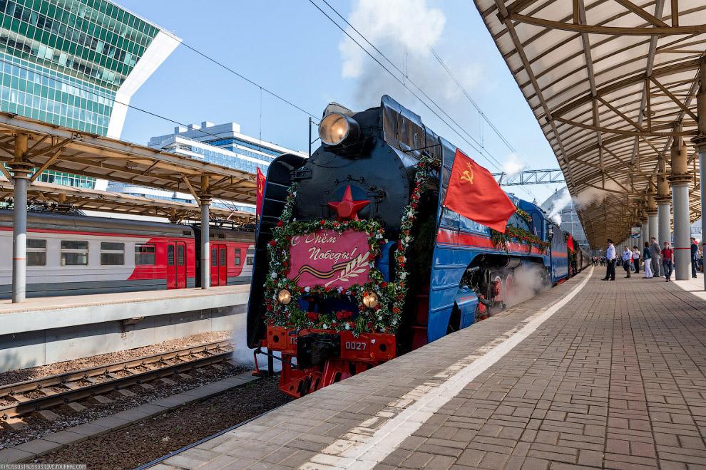 9. Вторым паровозом едет ЛВ-00182. Оба паровоза празднично украшены цветами и флагами СССР и Ро