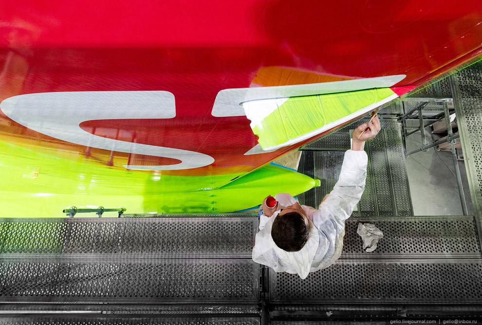 17. После покраски на фюзеляж наклеивают информационные плакаты и указатели местоположения рече