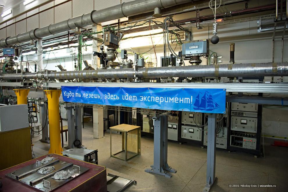 13. Синхротронное излучение (СИ) возникает при движении высокоэнергетичных электронов в магнитн