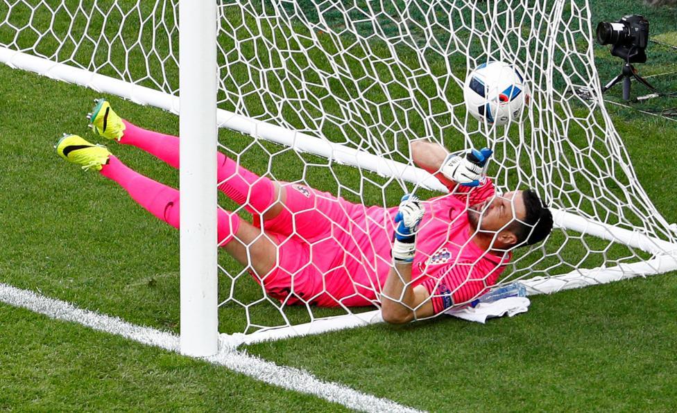 Игрок хорватской сборной Иван Перишич принимает мяч во время матча против команды Чехии.