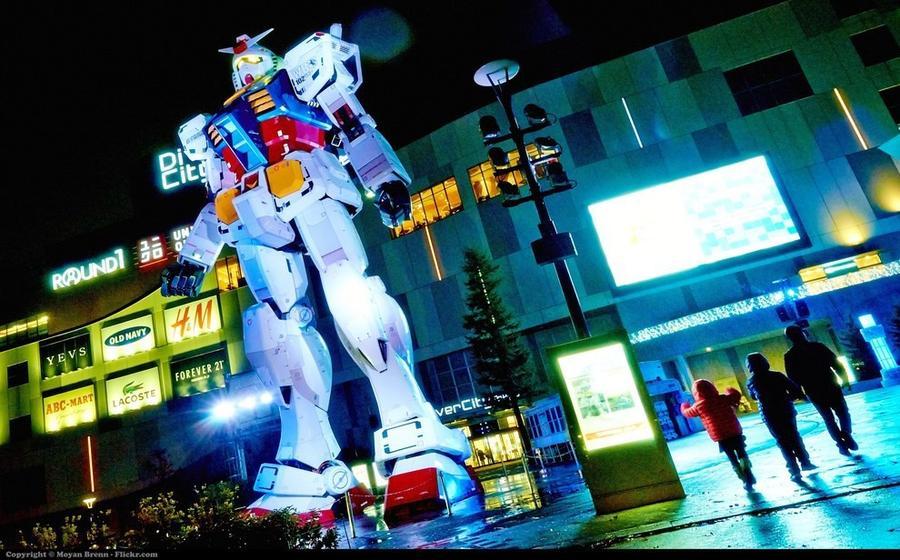3. Гигантский робот охраняет торговый центр