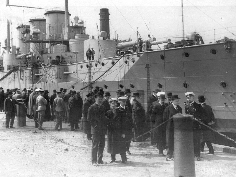 Группа депутатов Четвертой Государственной думы на причалах Кронштадтского порта. 5 мая 1913 г.