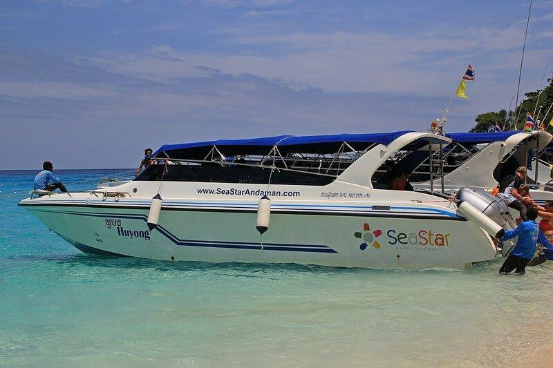 Моторный катер Huyong, на котором мы плавали в снорклинг-тур на острова Симилан