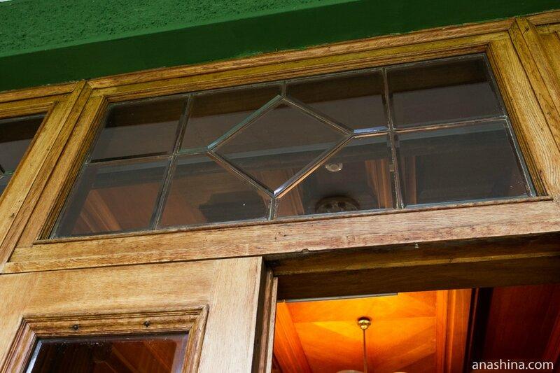 Дверь со стеклами из горного хрусталя