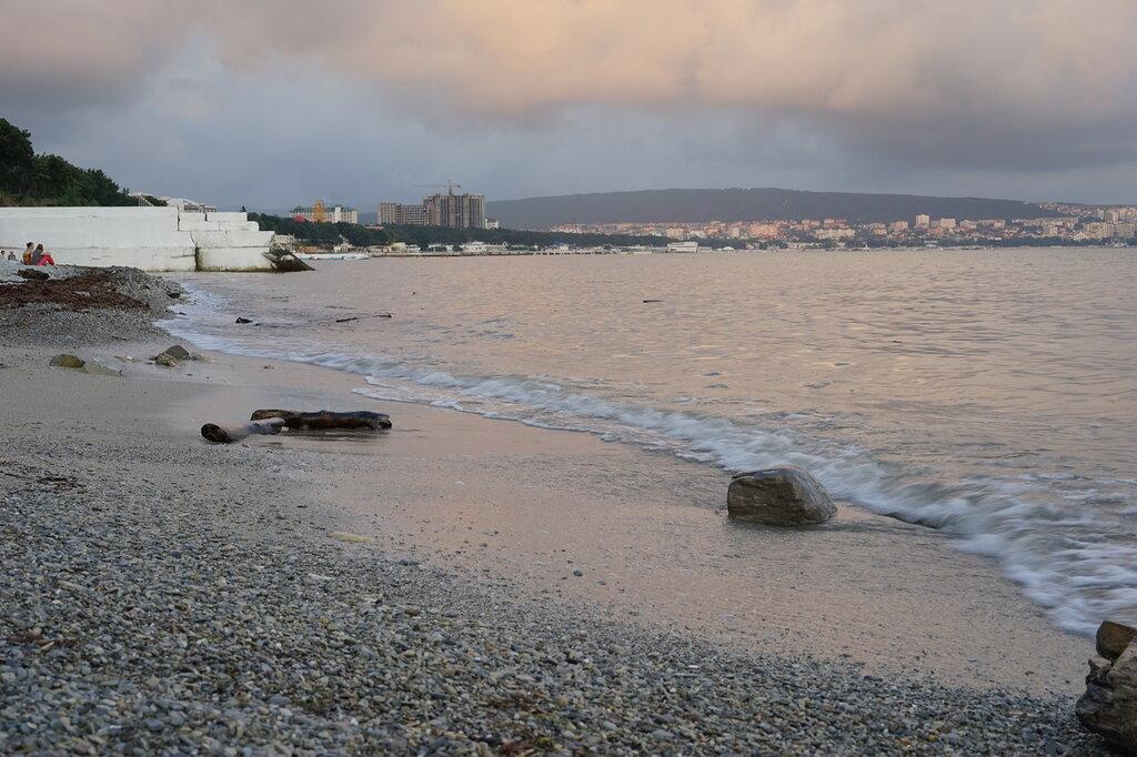 Геленджик. Брёвна и крупный камень на пляже.