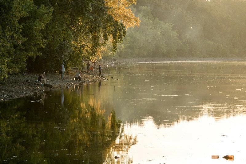 рыбаки на закате рыбачат на реке Каменке