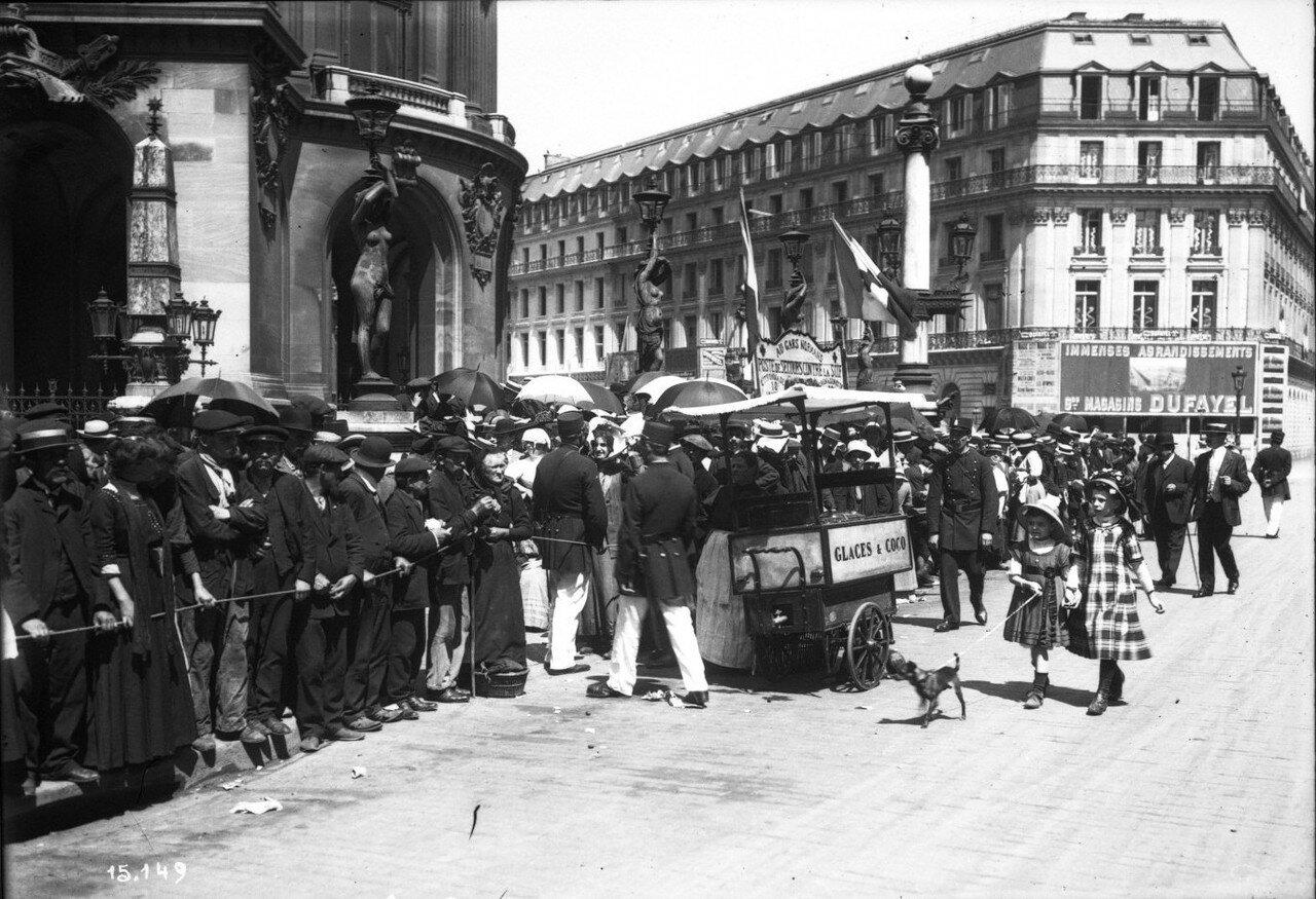 1911. Толпа на улице в ожидании парада