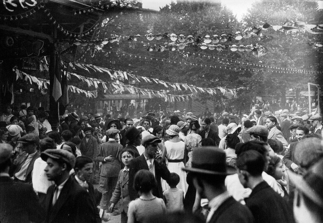 1932. Танцы на улице